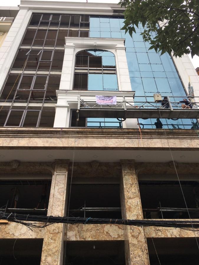 Cho thuê toà nhà Văn Phòng mặt phố Hoàng Ngân Dt 235m2 Mt 15,6m. Giá thuê 12000usd/tháng
